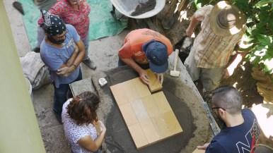 Colocación del piso hecho de ladrillos refractarios