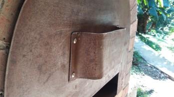 Una puerta de metal con entrada de aire inferior